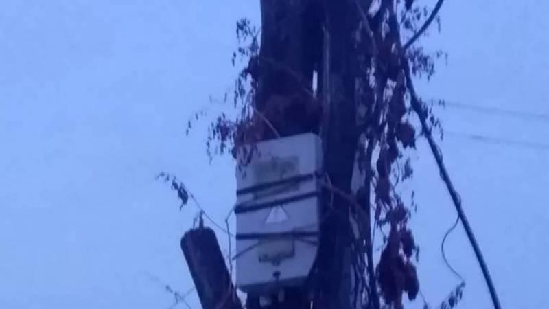 В селе Джал на деревянном столбе часто происходит замыкание электропроводки
