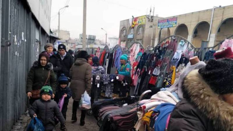 Мэрия ответила на сообщение о стихийной торговле на Ошском рынке