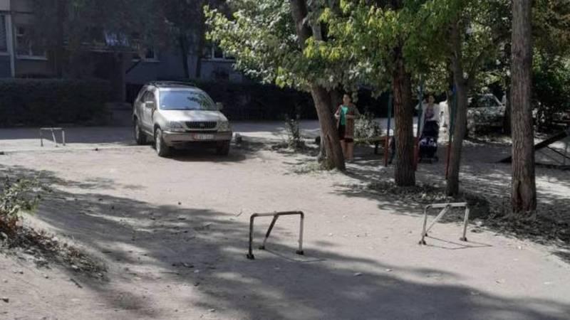 В 8 мкр житель огородил проезжую часть под парковку. Фото