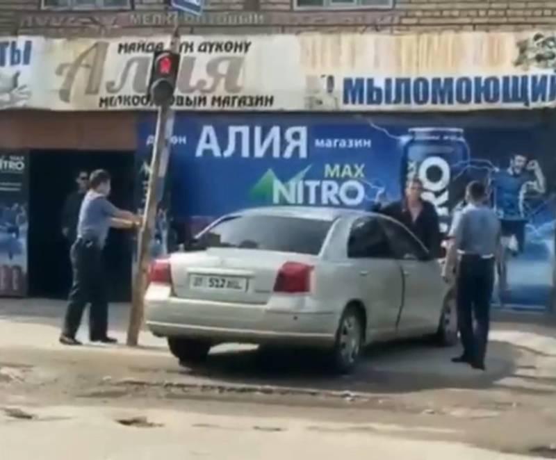 Видео — Момент стрельбы участкового в дебошира с ножом в Нижней Ала-Арче