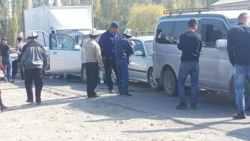 В Кара-Суйском районе четыре машины столкнулись паровозиком. Видео с места аварии