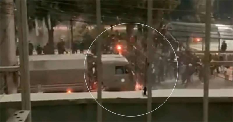 Грузовик давит людей на улице. Видео из соцсетей