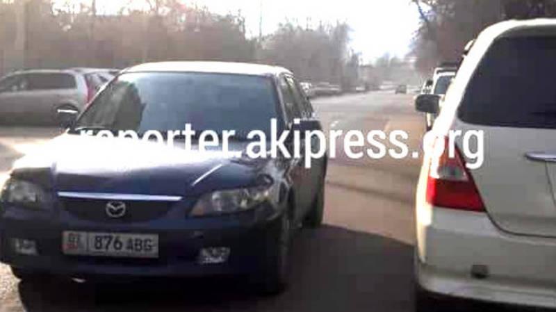 На Тыныстанова «Мазду» припарковали на проезжей части дороги (фото)