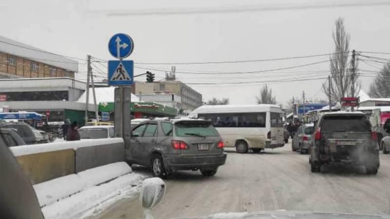 На ул.Куманжан Датки возле рынка «Аламедин» водители постоянно игнорируют дорожный знак, - горожанин