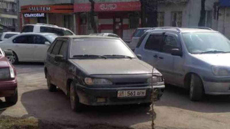 В Бишкеке на Манаса-Токтогула более месяца стоит авто. Фото