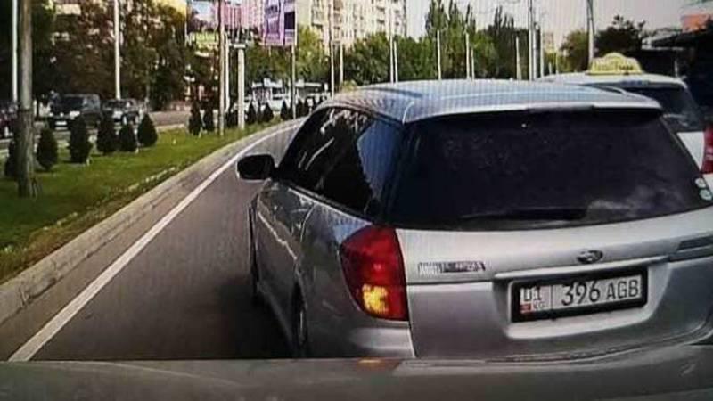 На Южной магистрали Subaru подрезал и задел другую машину, а затем скрылся. Видео очевидца