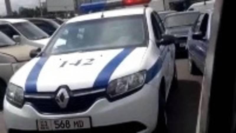 Патрульная машина создала пробку на Ошском рынке. Сотрудники ПМ выехали на вызов
