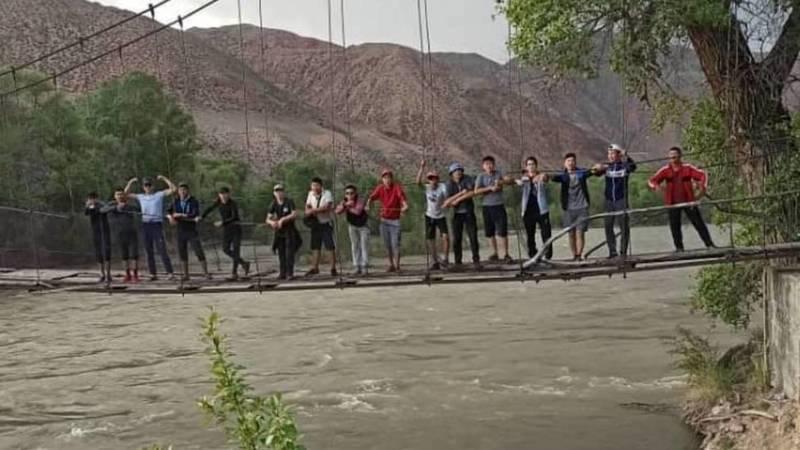 Минкуш айылында мектеп окуучулар Кокомерен дарыясына тушуп жатышат. Видео