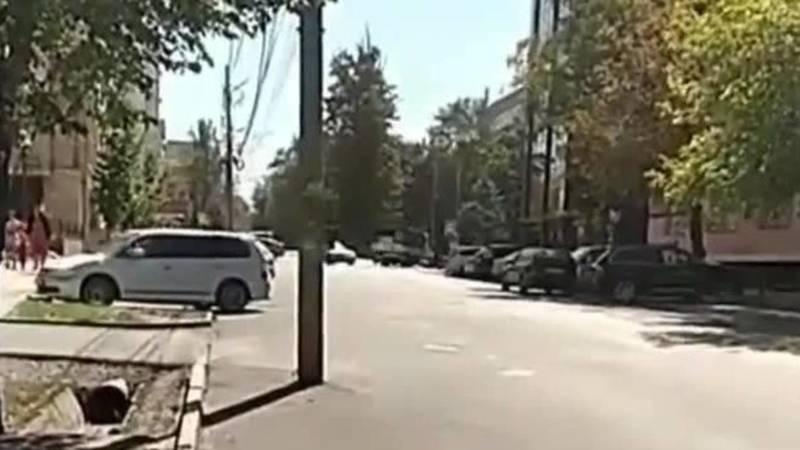 На ул.Исанова столб стоит на дороге