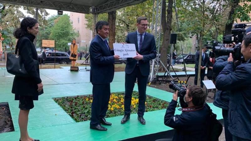 В Будапеште открыли сквер имени Айтматова. Видео