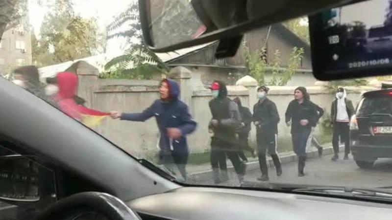 Видео — Группы молодых людей бегут по ул. Ибраимова в сторону Горького