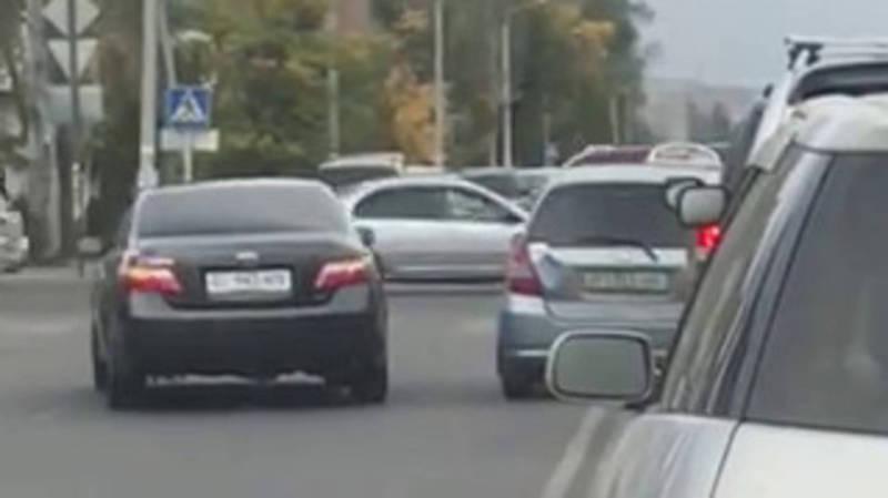 На Ахунбаева - Токтоналиева водитель «Тойоты» объехал стоящие на светофоре авто по встречной полосе (видео)