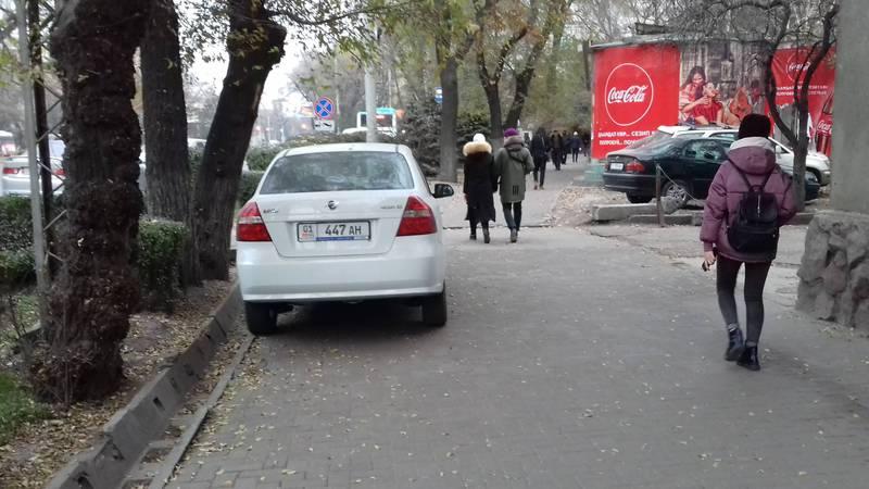 На проспекте Чуй «Равон» припарковали на тротуаре (фото)