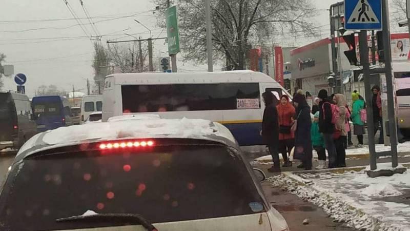 На Жибек Жолу-Курманжан Датки маршрутка высадила пассажиров прямо на перекрестке (фото)