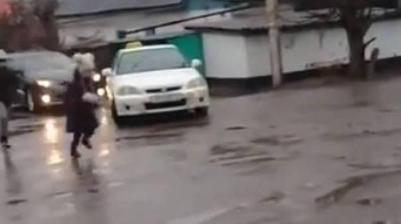На ул. Ленской из-за отсутствия знаков детям опасно переходить дорогу (видео)