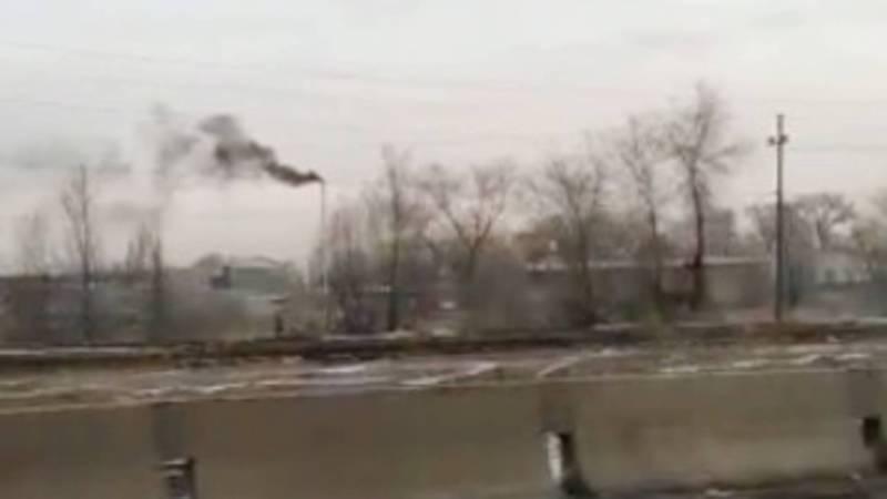 Черный дым из трубы здания на Льва Толстого привлекает внимание горожан. Видео