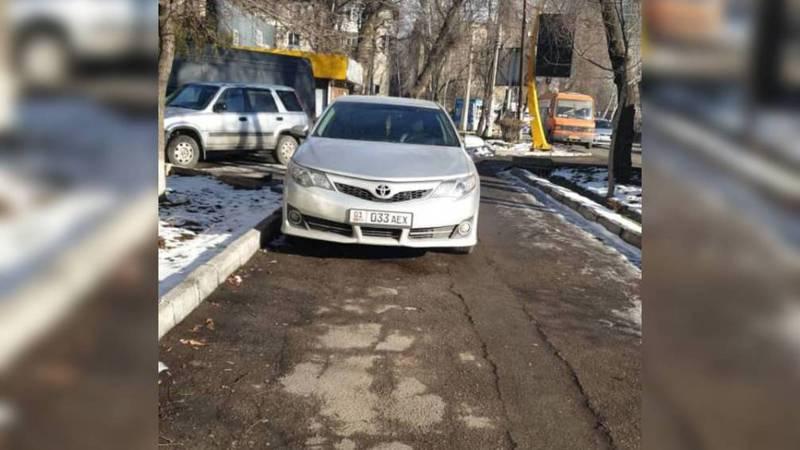На ул.Элебаева водители «Хонды» и «БМВ» припарковались на тротуаре. По Carcheck за машинами числятся штрафы