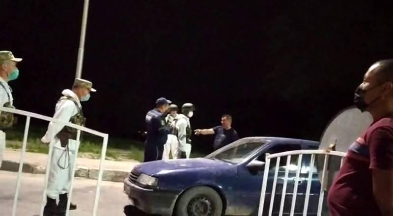 Автомашина врезалась в бордюр, поехала по встречке, а водитель едва не устроил потасовку на блокпосту. Видео