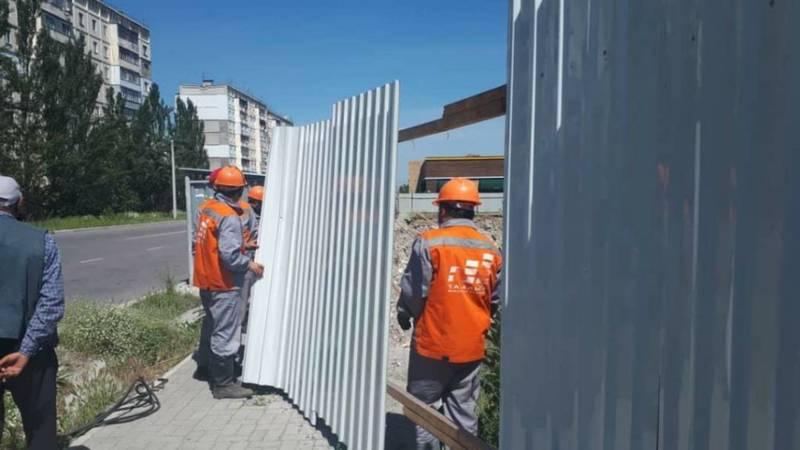 Забор, перегородивший тротуар по ул.Каралаева, демонтирован, - мэрия. Фото