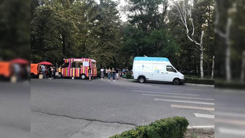 Не нарушают ли ПДД машины, продающие мороженое на бульваре Эркиндик? - горожанин. Фото
