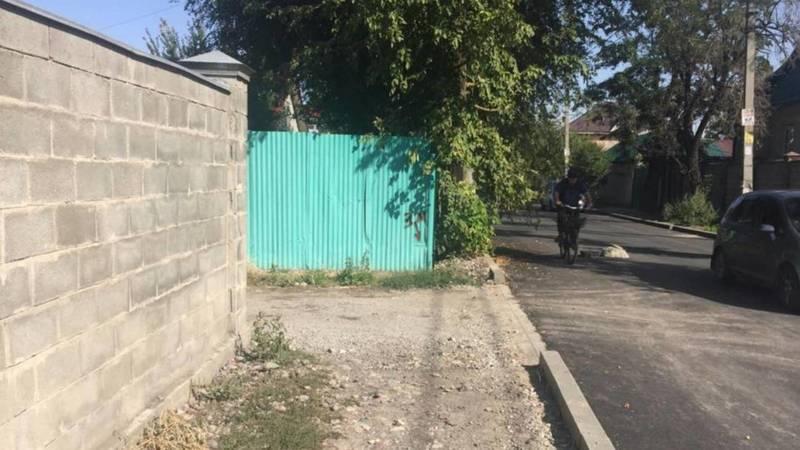 На ул.Ибраимова в некоторых местах нет тротуара вдоль дороги, - горожанин