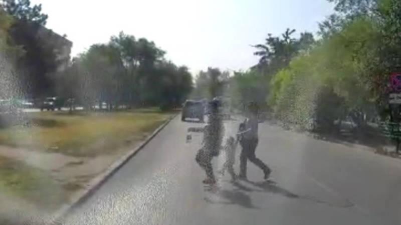 Две женщины с ребенком переходят дорогу в неположенном месте, создав аварийную ситуацию. Видео