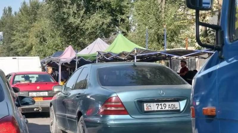 На ул.Ауэзова из-за стихийной торговли образуются пробки, - местный житель