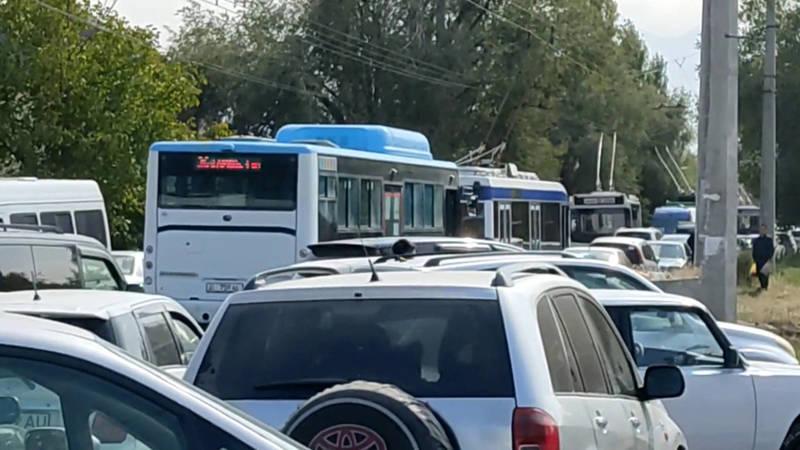 Из-за агитационных мероприятий в Ак-Орго образовалась огромная пробка