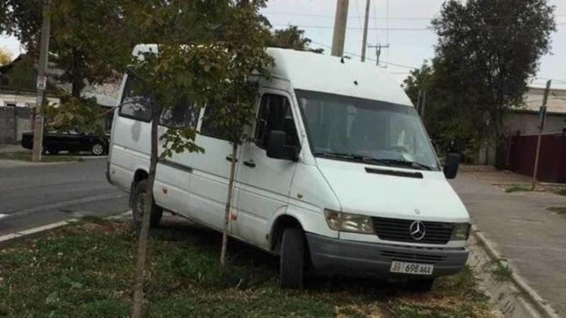 УПСМ накажет водителя буса, который припарковался на газоне