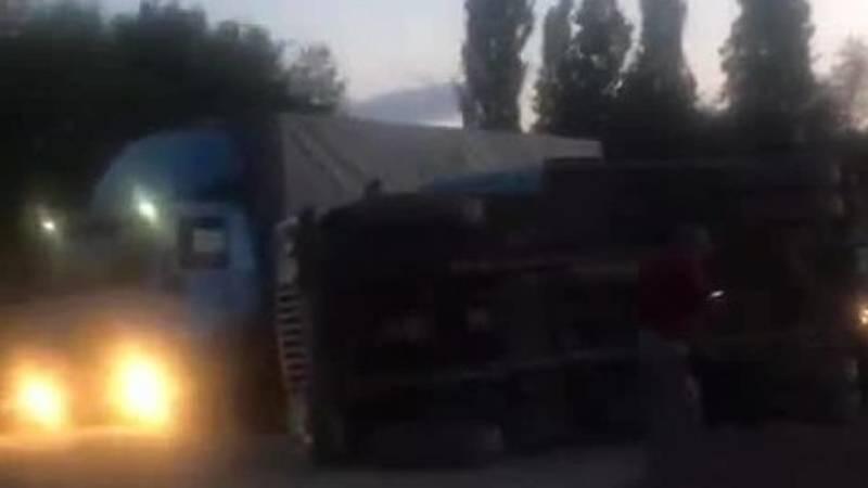 В Сокулуке грузовик выехал на строящуюся дорогу и перевернулся. Видео с места аварии
