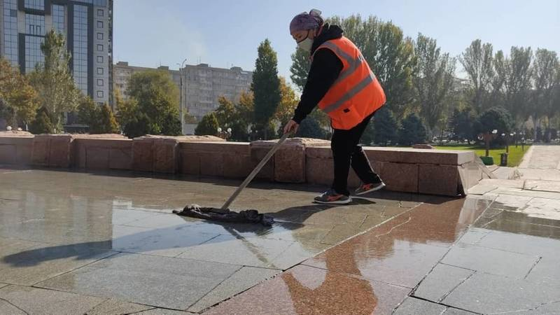 «Тазалык» убрал территорию площади Победы. Фото