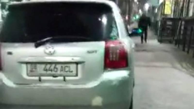 На проспекте Чуй «Тойоту» припарковали на тротуаре (видео)