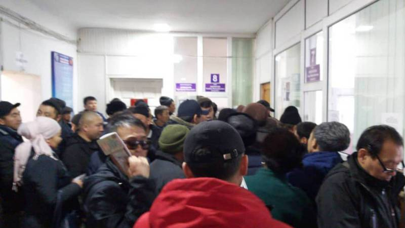 Фото — Большие очереди в РЭО ГРС в Сокулукском районе