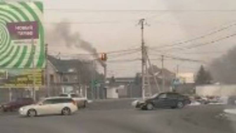 На ул.Кайыкова в Бишкеке из трубы здания идет густой, черный дым. Видео