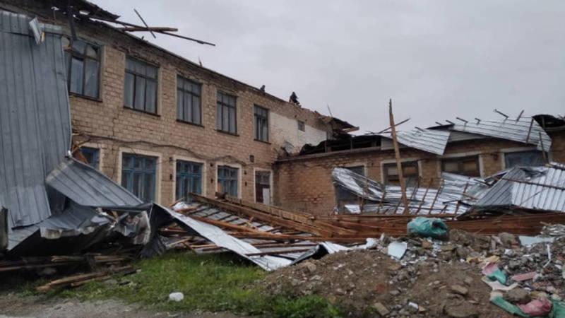 В Сокулукском районе из-за ветра слетела крыша школы. Фото очевидца