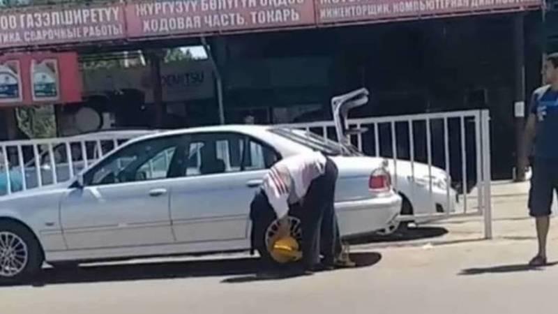 Патрульная милиция составила протокол в отношении водителя, который пытался самостоятельно снять блокиратор колес
