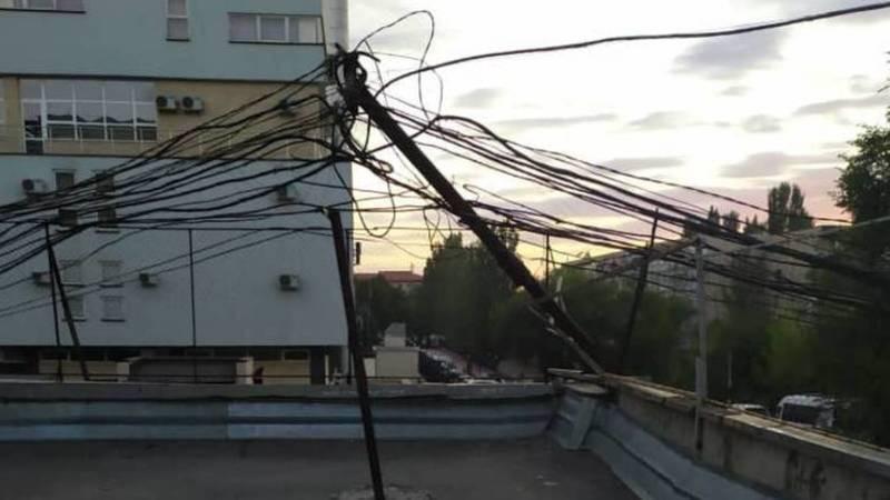 В 8 мкр сломался электрический столб, - очевидец. Видео