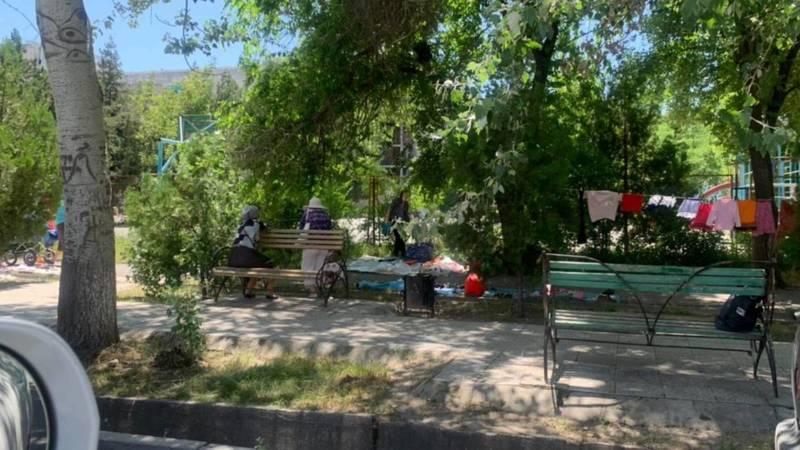 Горожанин жалуется на блошиный рынок в 7 мкр. Фото
