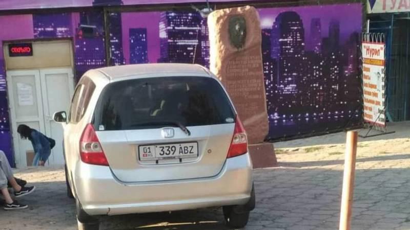 Водитель припарковал свой «Фит» возле памятника Дэн Сяопина. Фото