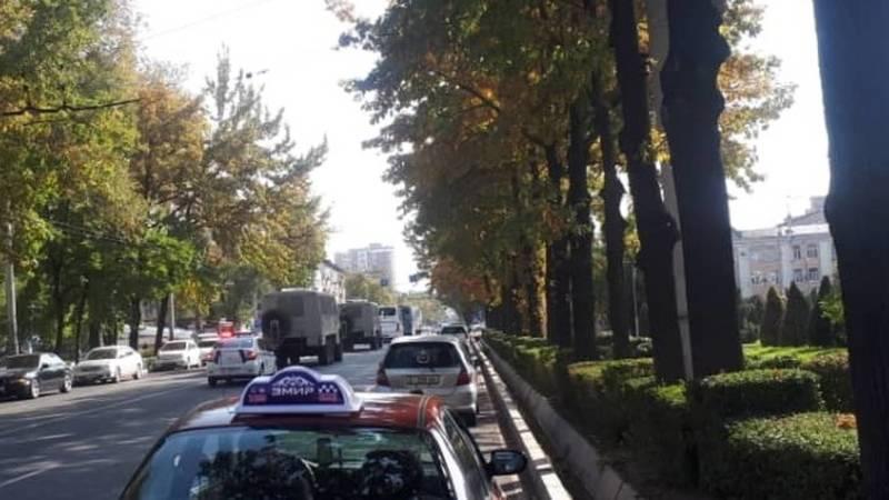 По центру Бишкека разъезжают спецтехника и автобусы. Видео, фото