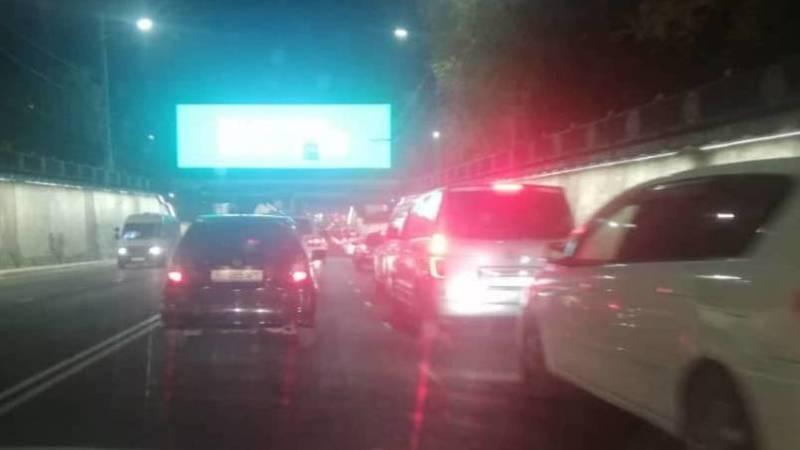 Водитель жалуется на пробки на ул.Манаса. Фото