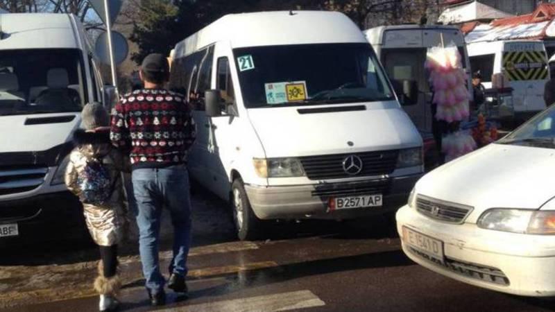 На Тыныстанова водители паркуются на «зебре»