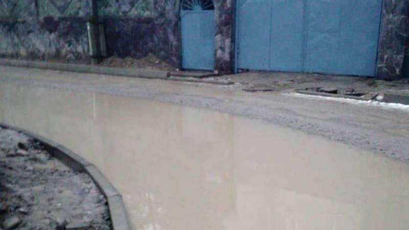 На улице Логвиненко нет арыков и вода течет по улице. Фото