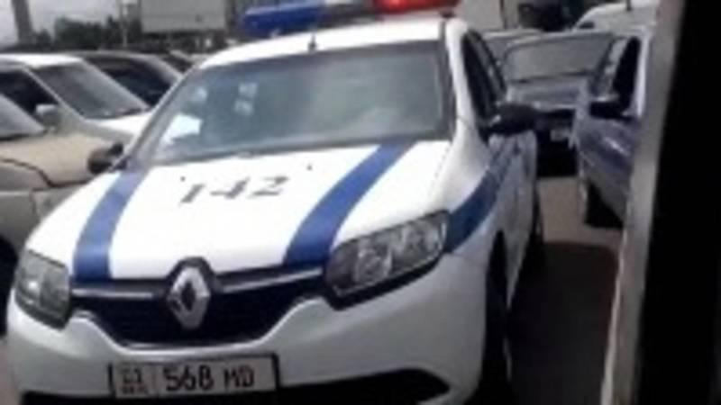 Оставленная возле Ошского рынка машина патрульной милиции создает пробки, - очевидец. Видео