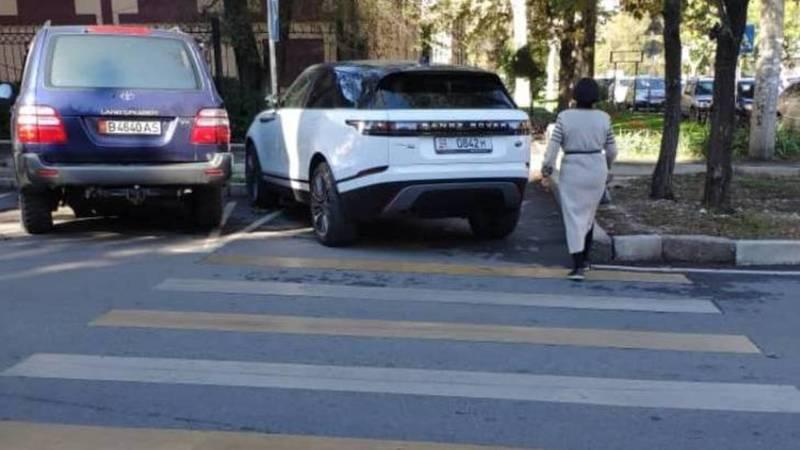 Водитель припарковал свой Range Rover на пешеходном переходе. Фото