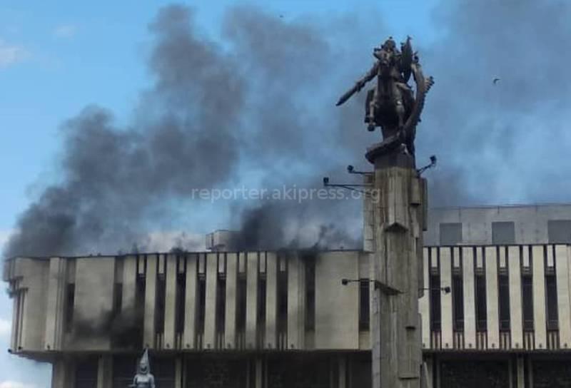 Фото, видео — Пожар в филармонии. Огонь тушат 5 пожарных расчетов