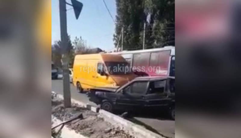 «Опасный участок». На Орозбекова-Баялинова произошло ДТП с участием трех машин (видео)