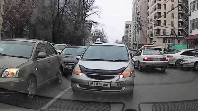 На Исанова водитель «Хонды» выехал на встречную полосу и заблокировал путь. По Carcheck за ней числятся штрафы на 20 тыс. сомов (видео)