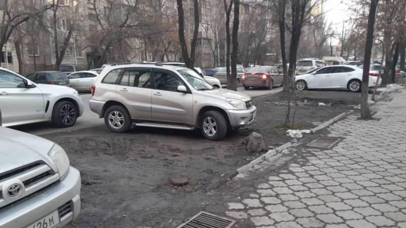 На ул.Гоголя машины паркуют на газон, от газона ничего не осталось, - бишкекчанин