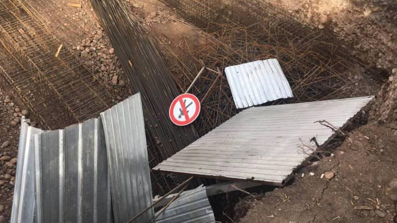 На ул.Коенкозова разрушено ограждение строительного объекта, прохожие могут провалиться в котлован. Фото